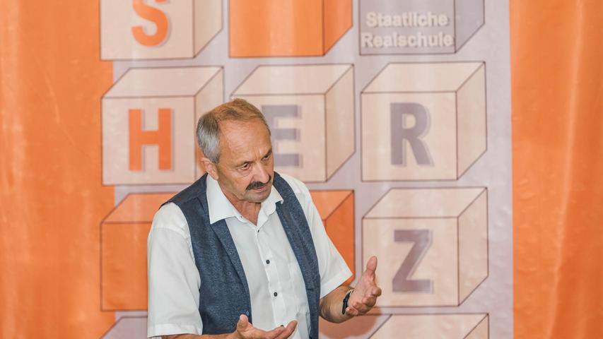 SchulleiterUlrich Langer verabschiedete seine Schüler gewohnt humorvoll und ironisch.
