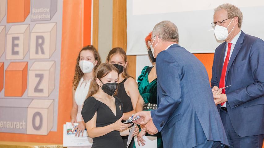Glückwünsche gab es für die Realschul-Absolventen von Martin Oberle und Bürgermeister German Hacker.