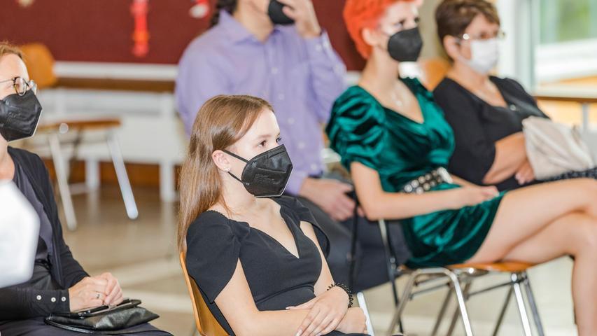 Des Infektionsschutzes halber warteten die Realschülerinnen und -schüler maskiert auf ihre Zeugnisse.