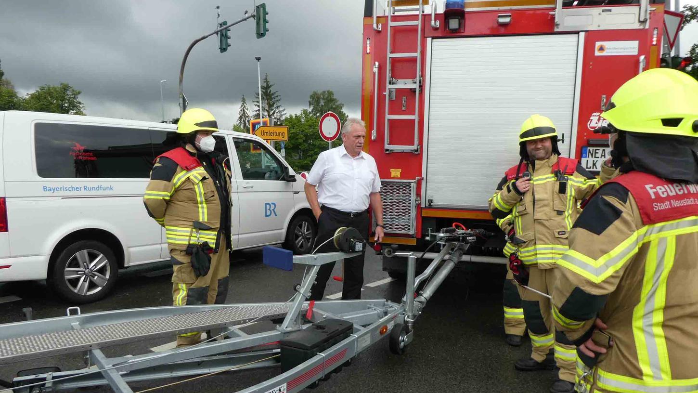 In der akuten Hochwasserlage schaute sich Neustadts Bürgermeister Klaus Meier an den Einsatzstellen der Rettungskräfte um.