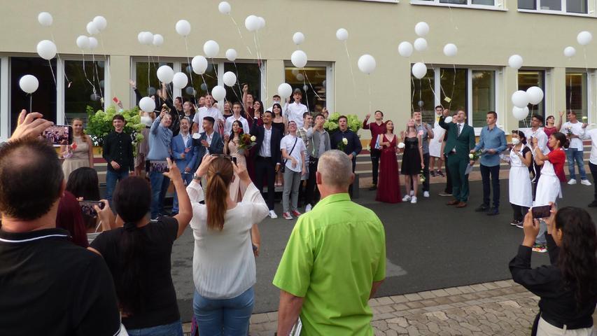 Zur Feier des Abschlusses ließ man an der Mittelschule Luftballons steigen.