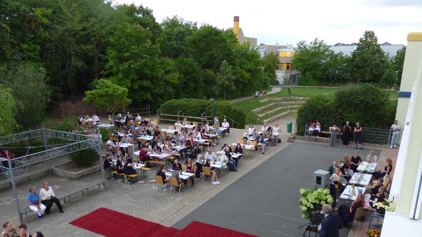 Zur Verabschiedung der Mittelschul-Absolventen hielt auch Bürgermeister German Hacker eine Ansprache