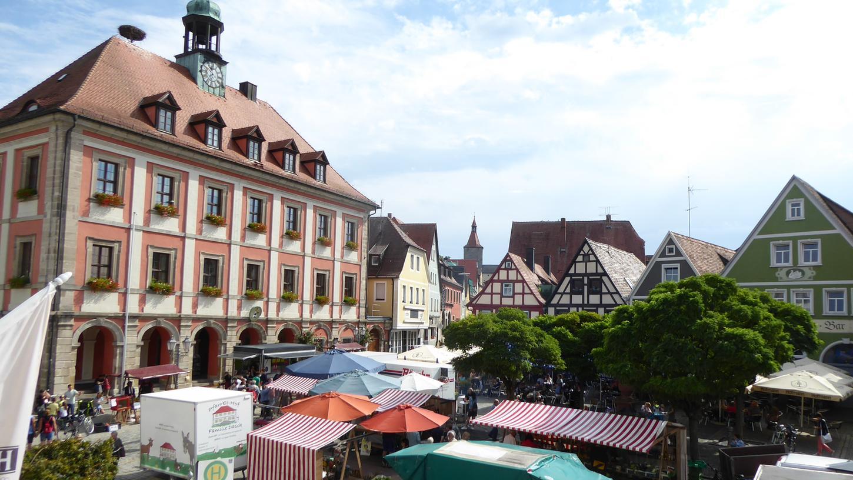 Sorgen immer wieder für ein buntes Bild und spezielle kulinarische Genüsse im Altstadtzentrum: Neustadts ThemenMarktPlätze.