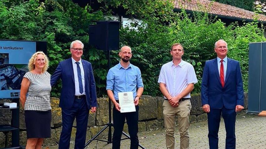 Auch an den Fachschulen Maschinenbautechnik und Mechatronik in Herzogenaurach endete das schwierige Schuljahr 2021 mit einer glanzvollen Zeugnisübergabe. Da sind auch die Lehrer glücklich und stolz.