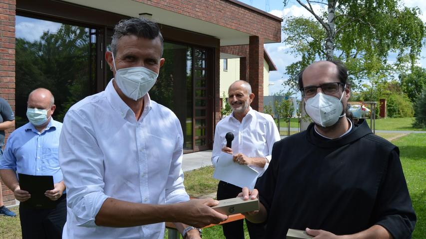 Bei den Barmherzigen Brüdern in Gremsdorf wurden ebenfalls Absolventen geehrt, zum Beispiel Michael Scherbel, für den es das Zeugnis und ein Geschenk gab.