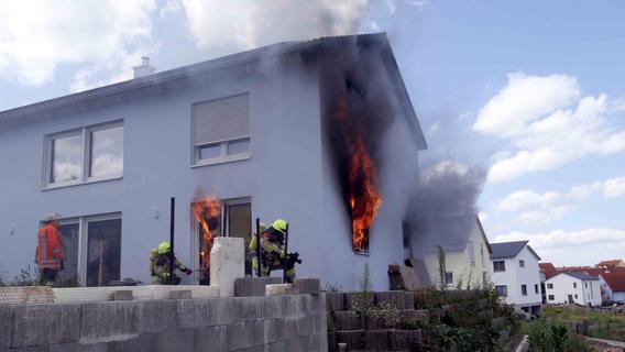 Flammen schlugen aus Wohnhaus: Hoher Sachschaden in Neustadt