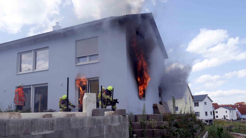 Aus dem Neubau schlugen die Flammen. Die Feuerwehr war mit rund 25 Kräften vor Ort im Einsatz.