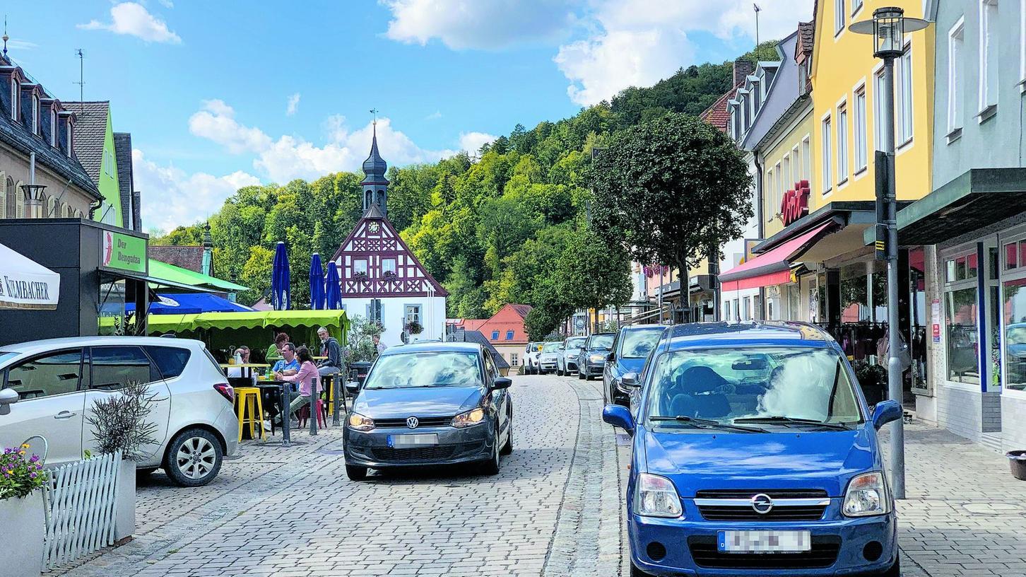 Des einen Freud, des anderen Leid: Während die motorisierten Besucher der Stadt die geschäftsnahen Parkplätze schätzen, würden sich andere eine Fußgängerzone oder zumindest teilweise verkehrsberuhigte Bereiche in der Stadt wünschen.