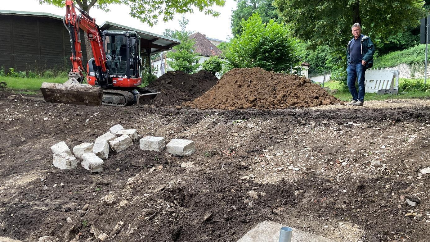 Die Arbeiten am katholischen Kindergarten in Pappenheim werden um einiges teurer. Der Grund: Beim Aufbaggern des Bodens stieß man auf eine Art Bauschuttdeponie.