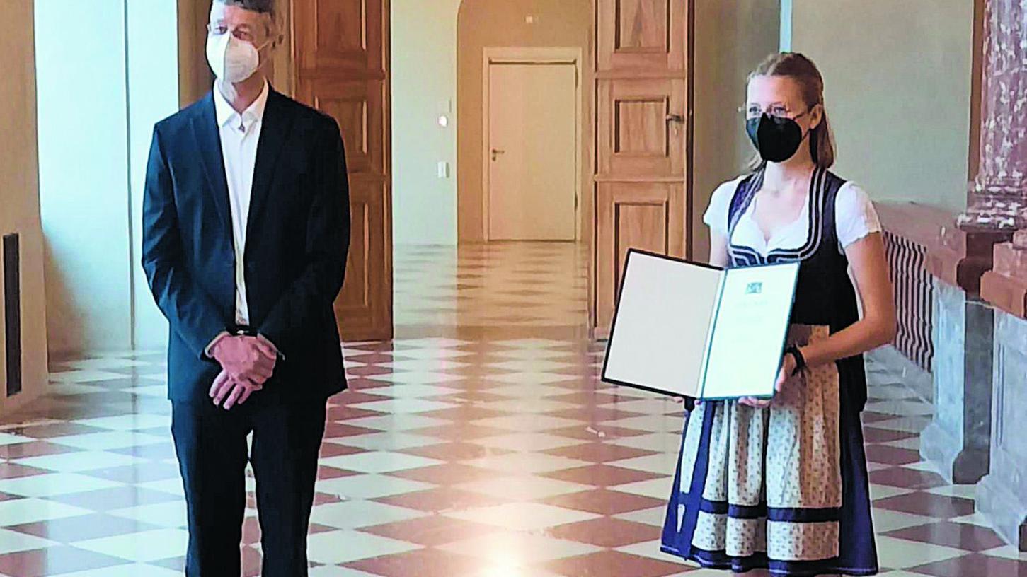 Annika Roth von der Pegnitzer Realschule erhielt ihre Auszeichnung in der Münchner Residenz von Kultusminister Michael Piazolo.