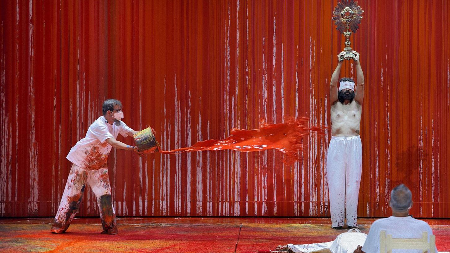 Jesusfigur und Monstranz:Die für Hermann Nitsch typische Symbolik kommt auch in der Bayreuther