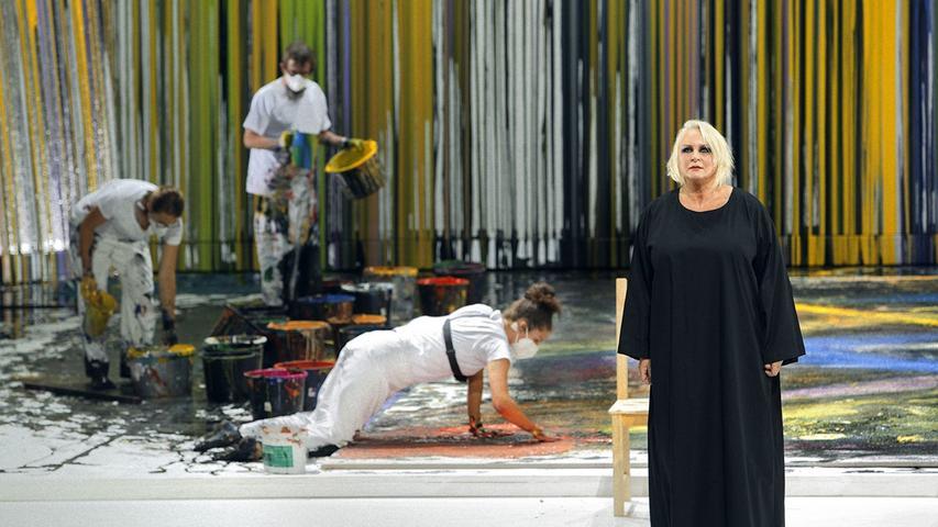 Brünnhilde (Irene Theorin) vor den auf der Bühne werkelnden Assistenten von Hermann Nitsch.