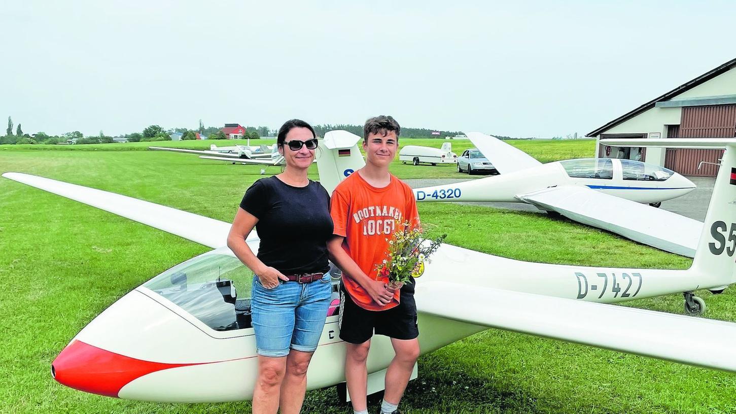 Ben Strobel aus Steinbach hat die A-Prüfung nach drei souveränen Alleinflügen mit dem Flugzeug hinter ihm geschafft. Seine Mutter freut das besonders.
