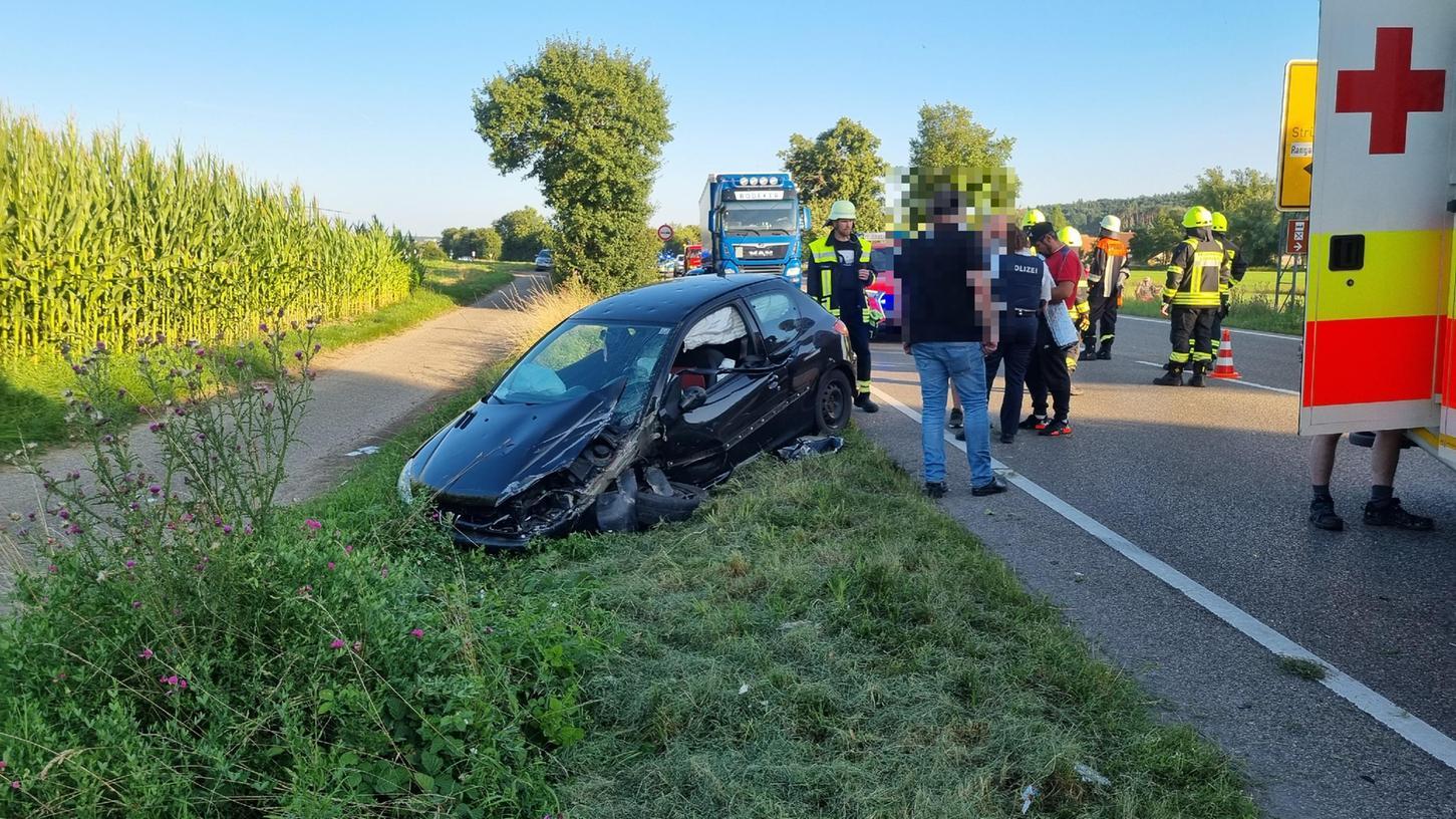 Auto kollidiert auf B13 mit Anhängergespann - eine Schwerverletzte