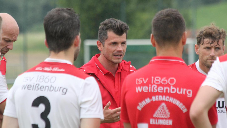 Ein engagierter Trainer, der in der Region eine hohe Wertschätzung genießt: Markus Vierke (Mitte) ist seit 2017 wieder bei seinem Heimatverein, dem TSV 1860 Weißenburg, aktiv und hat die Mannschaft in der vergangenen Saison als Bezirksliga-Meister zurück in die Landesliga geführt – und das nach fast 30 Jahren.