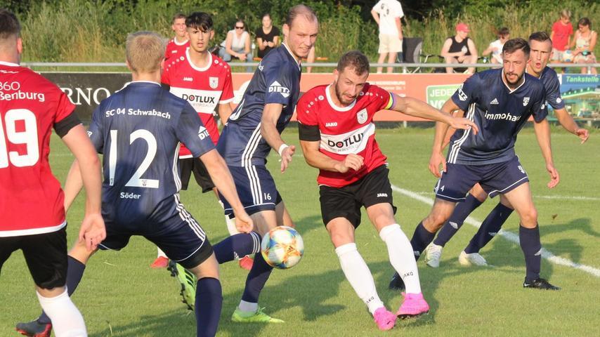 Ein Bild vom Auftaktspiel: Weißenburgs Kapitän Jonas Ochsenkiel (Mitte) und Co bekamen gleich mal zu spüren, welcher Wind in der Landesliga weht und verloren mit 1:3 gegen den SC 04 Schwabach.
