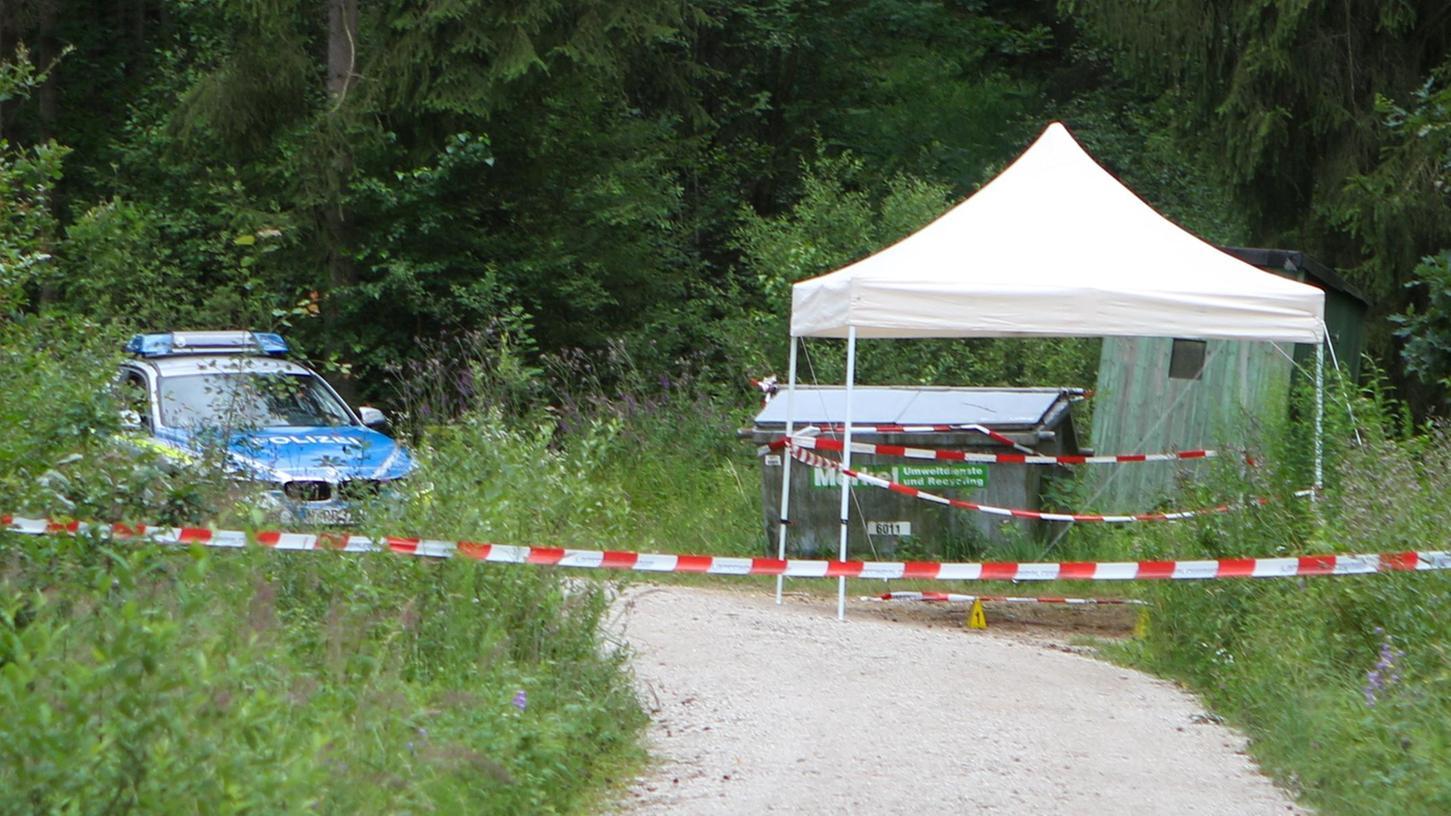 Nach den Ermittlungen der Polizei wurde das Opfer an dieser Stelle im Wald bei Lauf nur abgelegt, die Tötung fand an anderer Stelle statt. Im Auto der Tatverdächtigen wurden entsprechende Spuren gesichert.