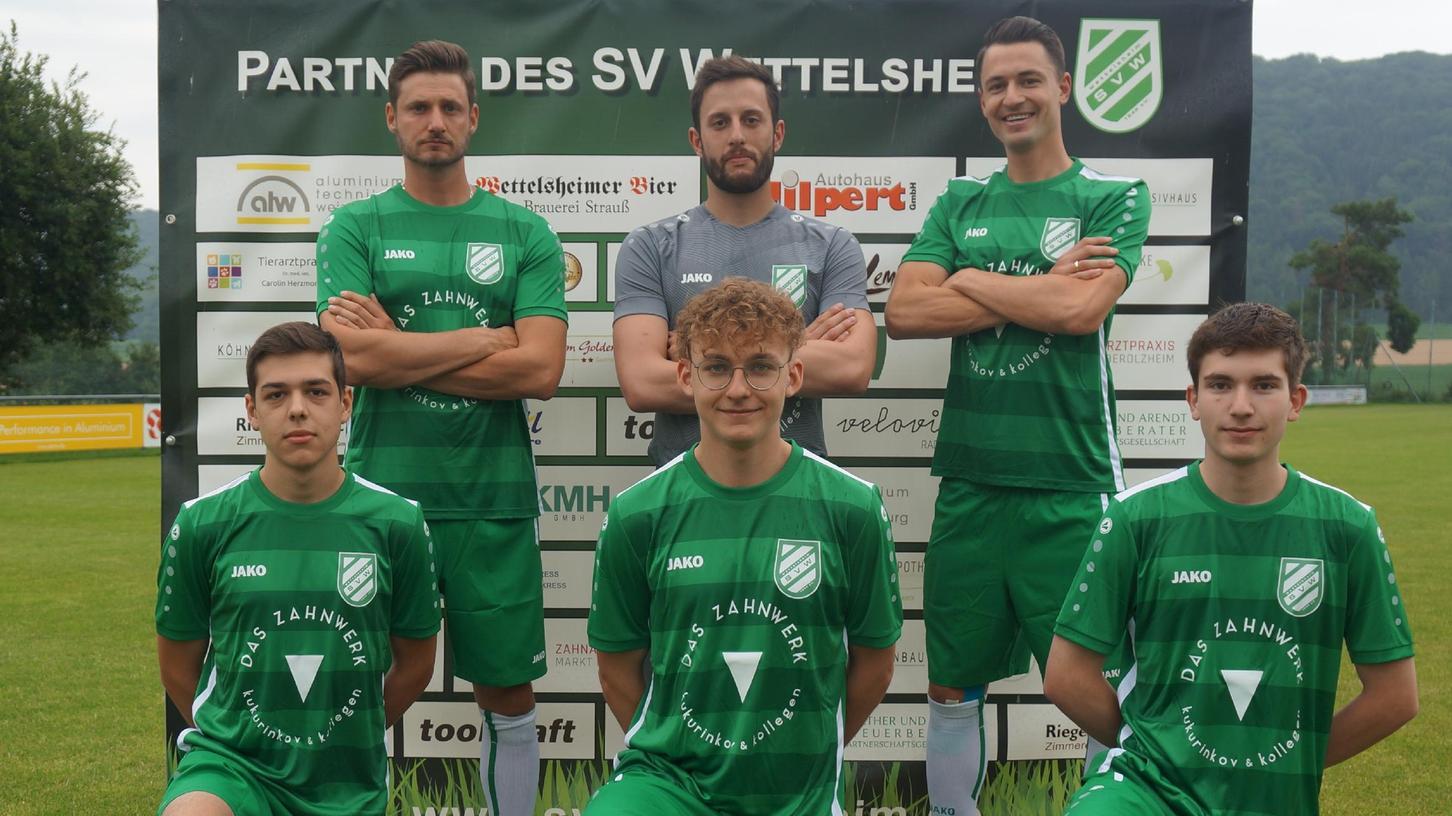 Die Neuzugänge des SV Wettelsheim im Sommer 2021: Matthias Huzel, Markus Kluy, Fabian Eberle (stehend von links); David Wotsch, Nico Renner und Sebastian Zäh (kniend von links). Nicht im Bild ist Cihan Özkan.