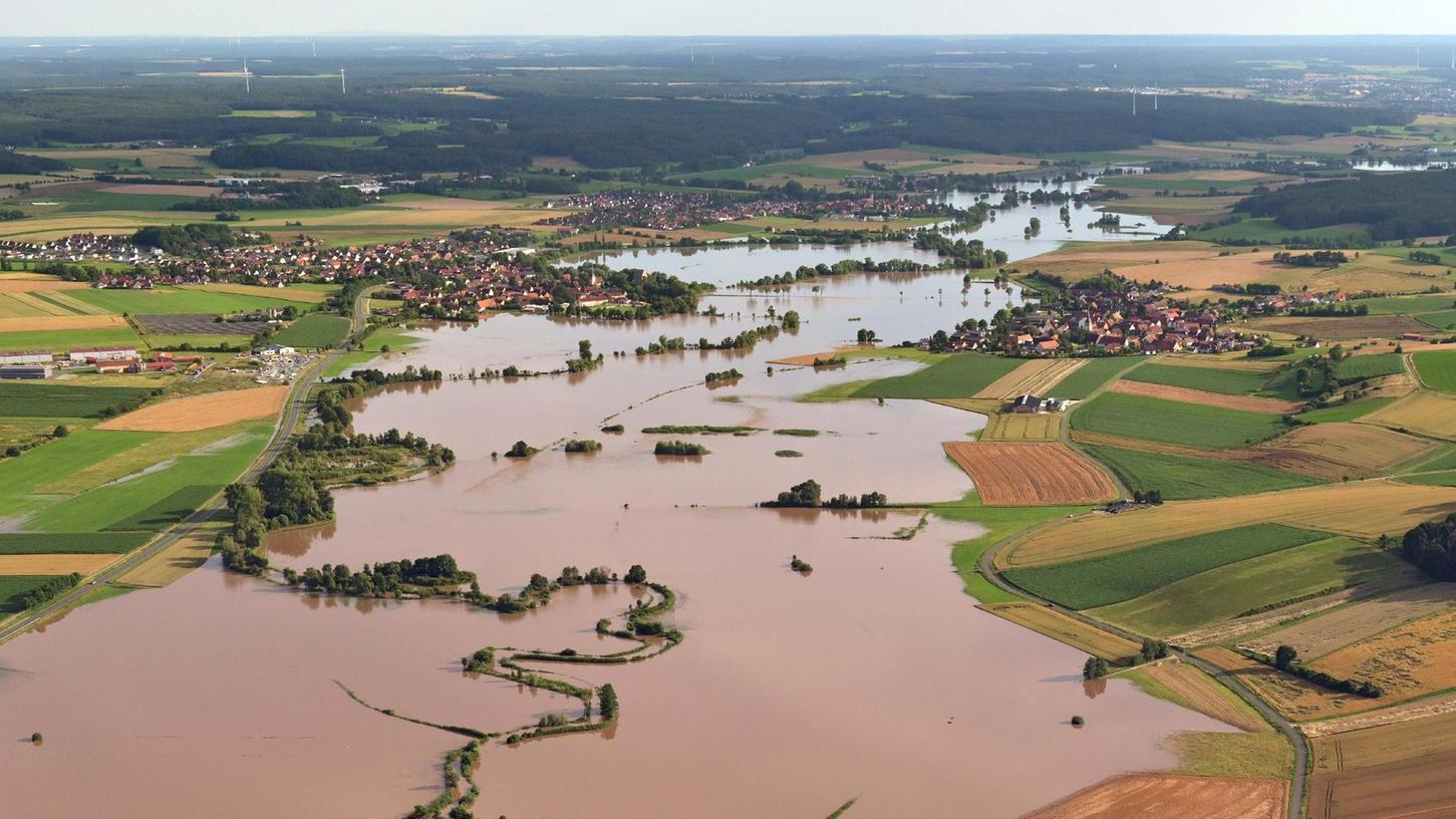 Diese eindrucksvolle Aufnahme zeigt das jüngste Jahrhunderthochwasser an der Aisch. Links ist Dachsbach zu sehen, rechts Oberhöchstädt. Links im Hintergrund kann man noch Gerhardshofen erkennen.