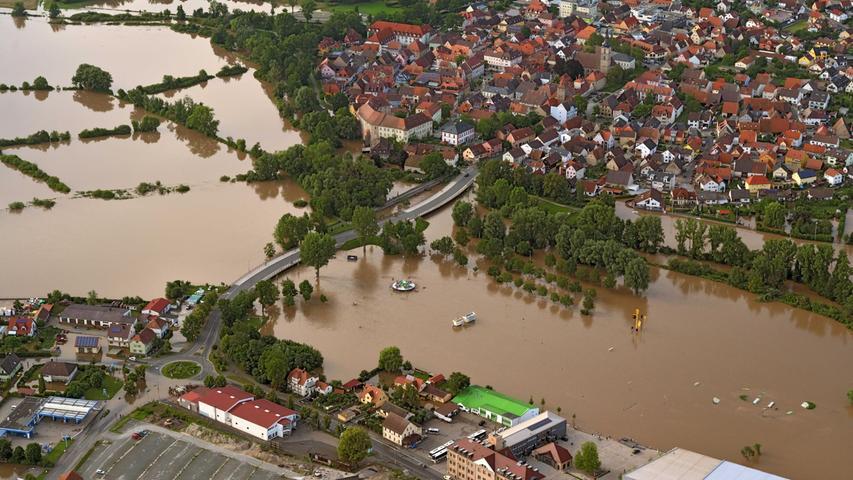 Hier ist man näher dran am Zentrum von Höchstadt, sieht die Aischbrücken und die überschwemmten Aufbauten des sommerlichen Vergnügungsparkes, unter anderem das Fahrgeschäft