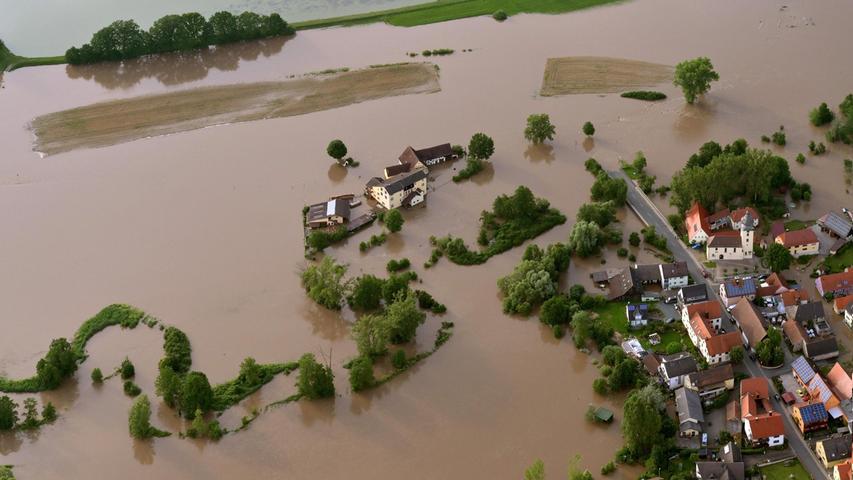 Erst kurz vor der Kirche von Willersdorf, einem Ortsteil von Hallerndorf (Landkreis Forchheim), machten die Fluten halt.