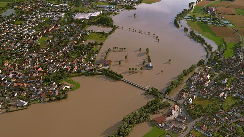 Auch zwischen Adelsdorf (oben) und dem Örtchen Aisch waren weite Flächen überflutet.