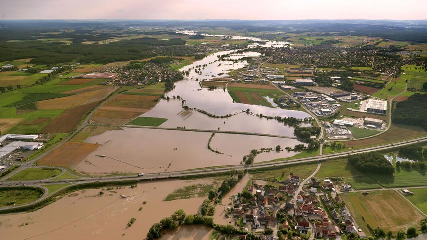 Die A3, hier an der Ausfahrt Höchstadt-Ost, blieb von den Fluten verschont, die sich an Medbach (im Vordergrund), Gremsdorf (links) und Höchstadt vorbeischoben.