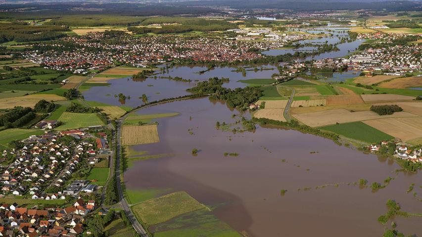 Hier ein Blick aus Richtung Westen auf Höchstadt/Aisch. Vorne links ist Lonnerstadt zu erkennen, in der Mitte durchschneidet die B470 die Fluten.