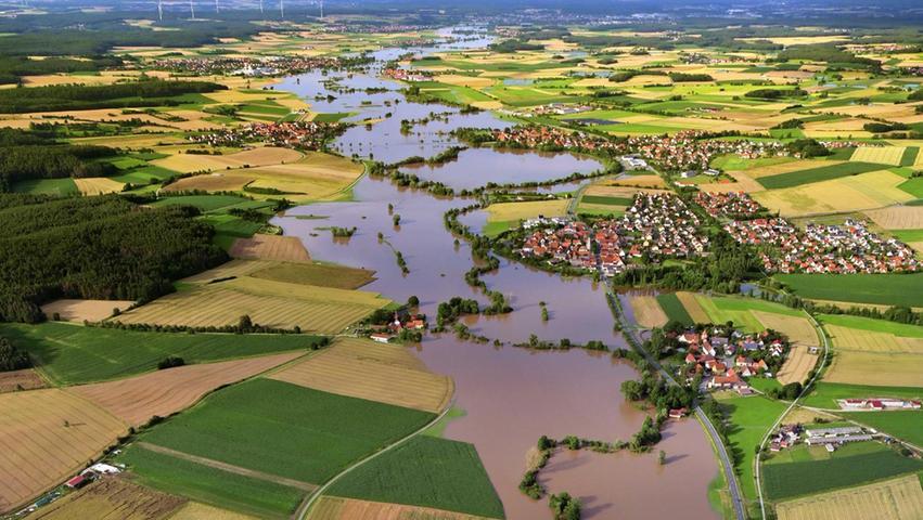 Hier wälzt sich der breite Strom mächtig vorbei an Forst, Gerhardshofen, Dachsbach und Demantsfürth (rechts des Wassers von unten) sowie anEckenhof, Oberhöchstadt und Uehlfeld (links der Überschwemmungsflächen von unten).