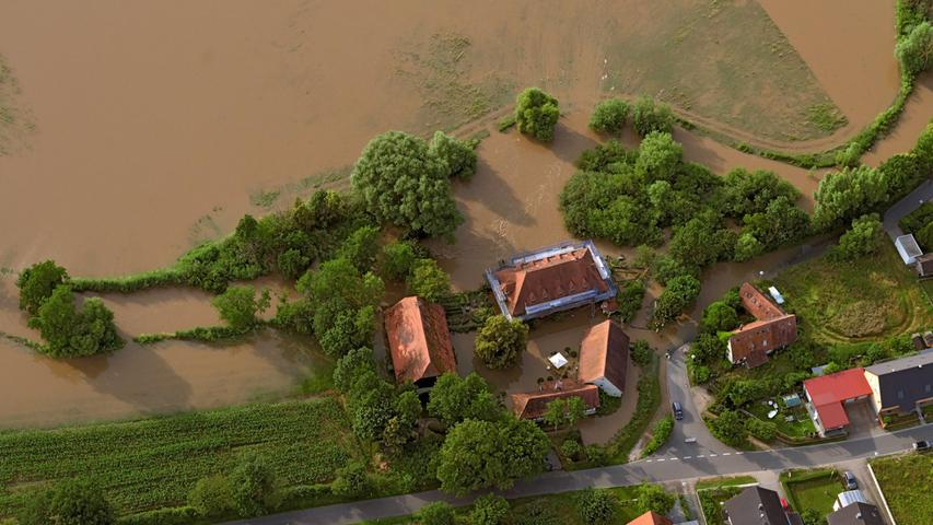 Sehr früh wurde auch das Gelände der Sterpersdorfer Mühle von der Aisch überflutet. Da die Gebäude gut gesichert wurden, drang wenig Wasser ein. Die Besitzer wurden mit dem Schlauchboot in Sicherheit gebracht.
