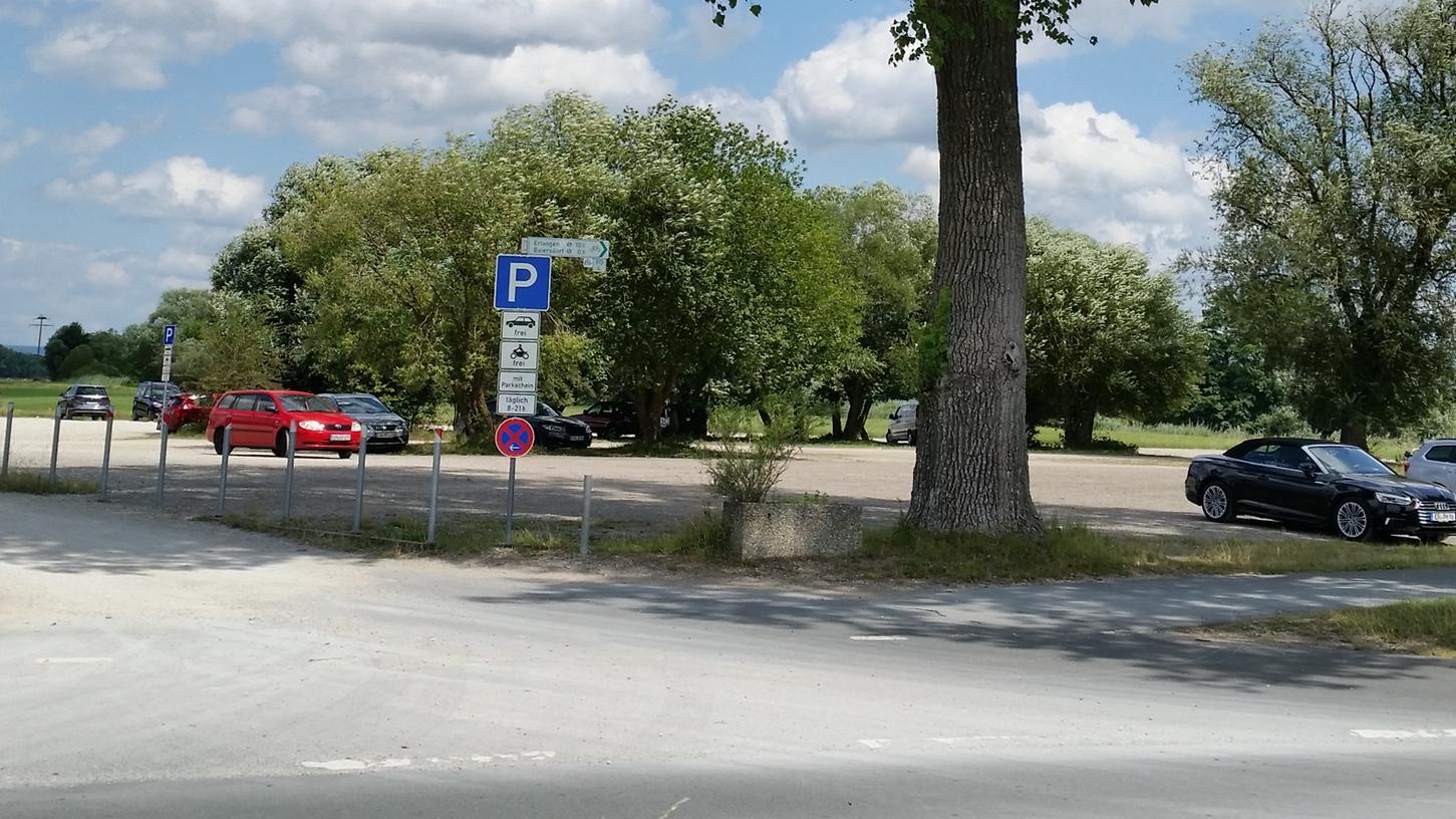Der Baiersdorfer Ausee-Parkplatz ist nicht immer so leer: Die Parkgebühren wurden nun teils drastisch erhöht.