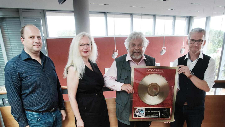 Zum Abschied erhielt Andreas Günter, der Mr. Rock'n'Roll der FOS/BOS, von seinen Kollegen eine Goldene Schallplatte.