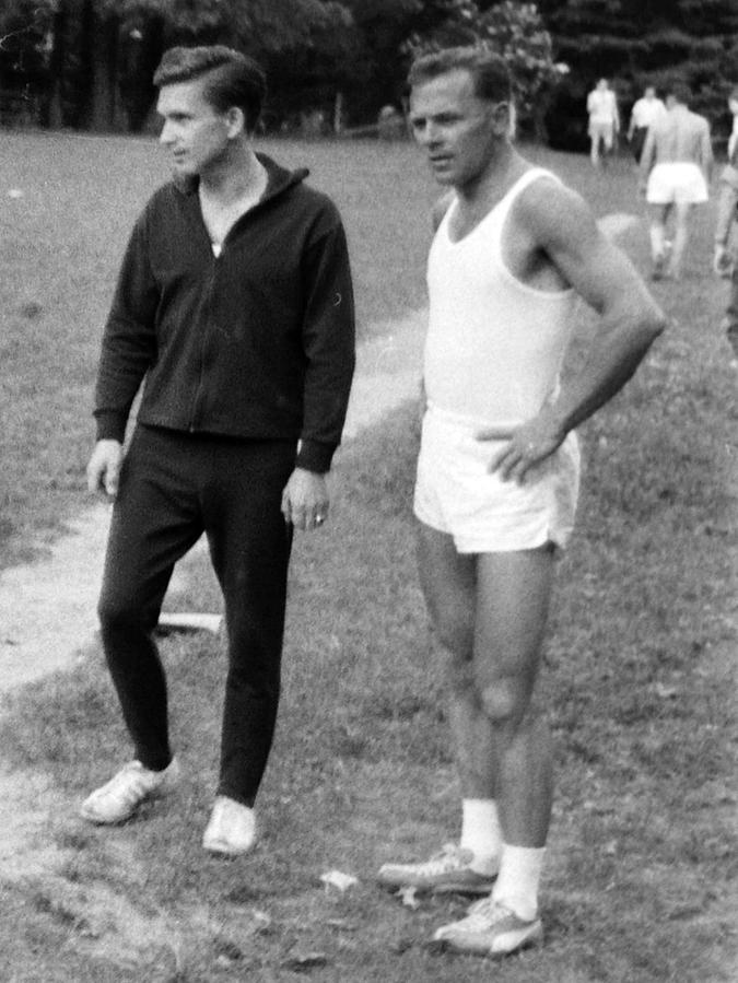 Viele Jahre lang räumten Richard Welzel (r.) und sein zehn Jahre jüngerer Bruder Horst (l.) bei Sportwettkämpfen Siege in Serie ab, hier im Jahr 1967 am Schloßberg.
