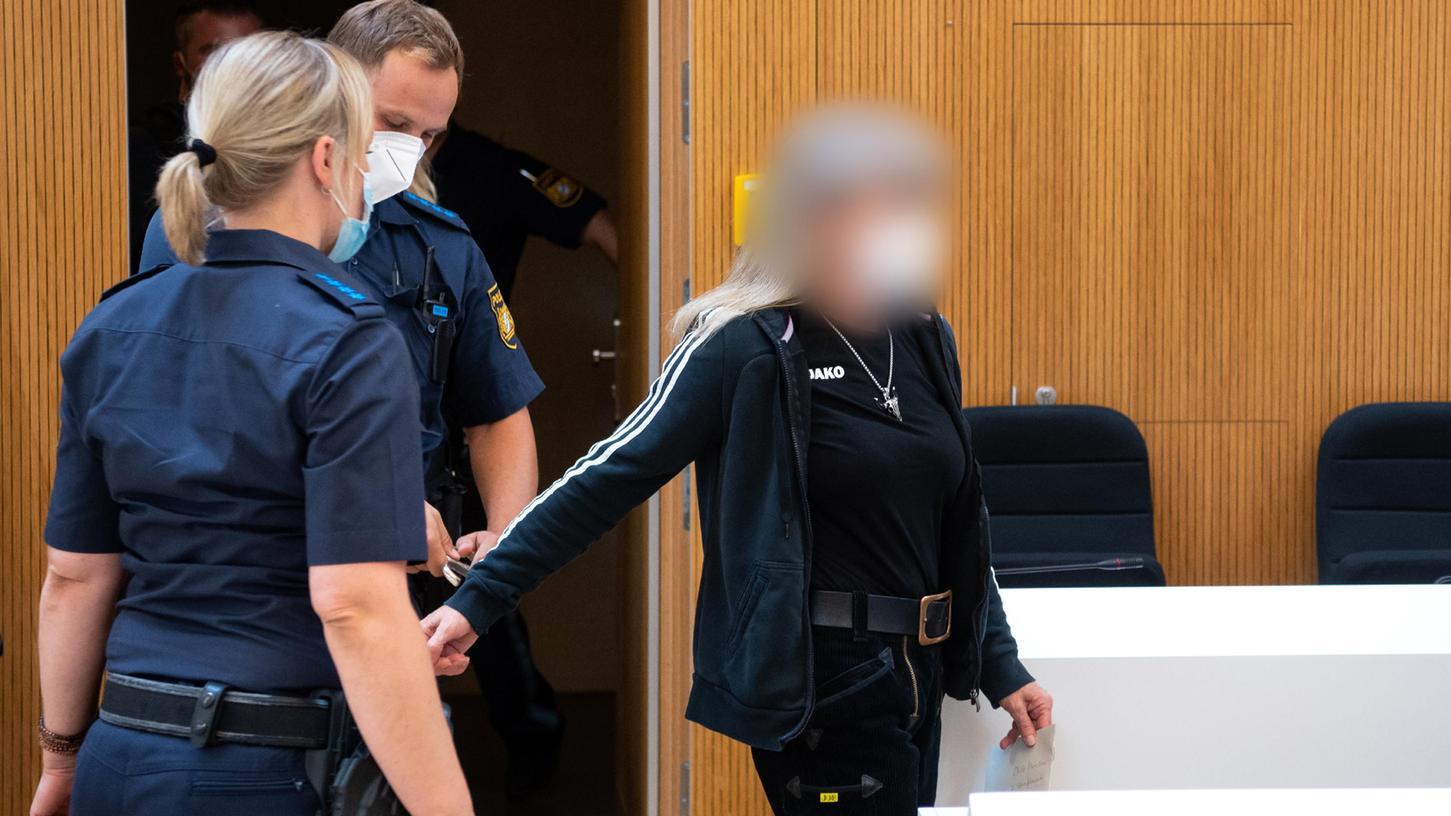 Muss für sechs Jahre in Haft: Susanne G. wird in den Saal des Oberlandesgerichts München geführt.