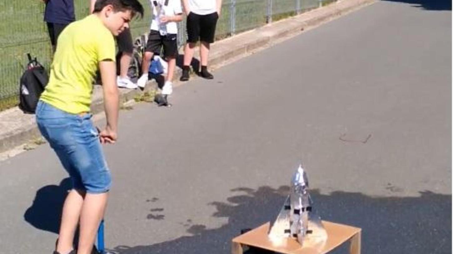Die Schüler bauten in Eigenleistung eine Wasser-Luft-Rakete sowie die Startrampe. Die Rakete besteht aus einer Flasche oder einem ähnlichen Druckbehälter.