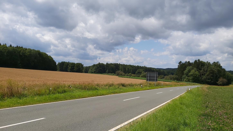Auf diesem Getreidefeld von Obertrubach aus kommend Richtung Neudorfer Höhe, das Gemeinderat Hermann Frieser gehört, soll der Solarpark Obertrubach entstehen.