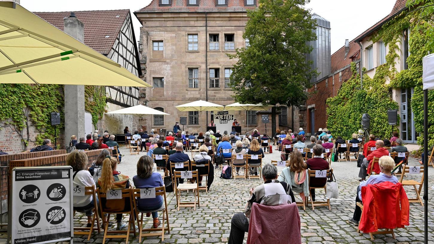 Das Poetenfest in Zeiten von Corona: Wie bereits 2020 (unser Bild), wird auch in diesem Jahr der idyllische Innenhof des Stadtmuseums Schauplatz diverser Lesungen und Begegnungen zwischen Autoren und Lesern sein.