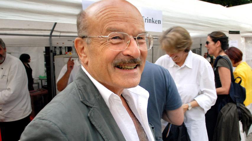 Kommt auch: Volker Schlöndorff, hier am Bratwurststand beim Poetenfest 2008.
