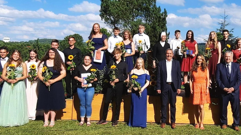 Zehn Mädchen und neun Jungen freuten sich in der Auerbacher Realschule über einen Notenschnitt mit einer Eins vor dem Komma. Mit im Bild die Klassenleiterinnen, Ehrengäste und Direktorin Schwester Lioba Endres.