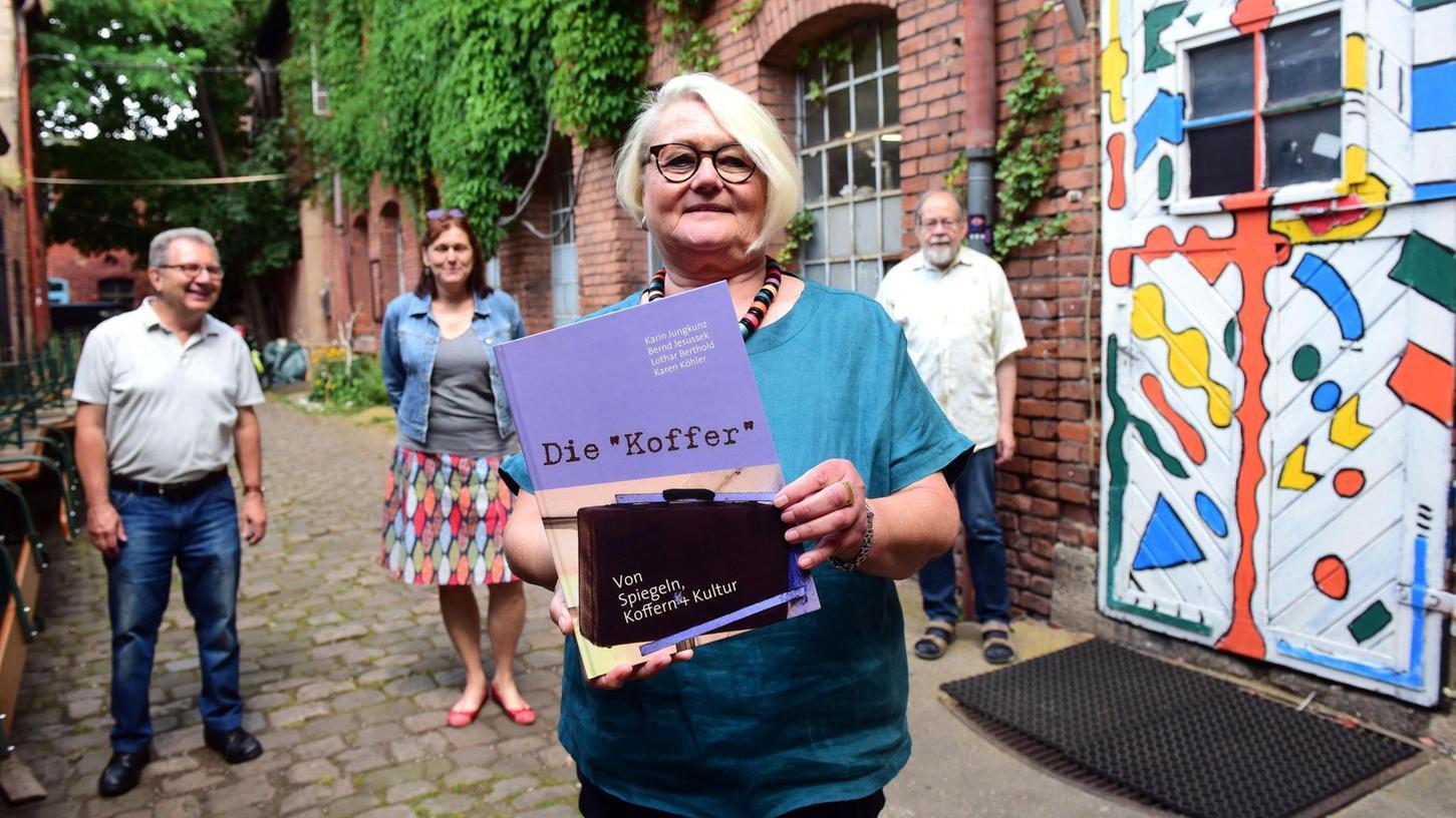 Ein umfassendes Werk: Karin Jungkunz mit (v. li.) Bernd Jesussek, Karen Köhler und Lothar Berthold im Hof der Kofferfabrik.