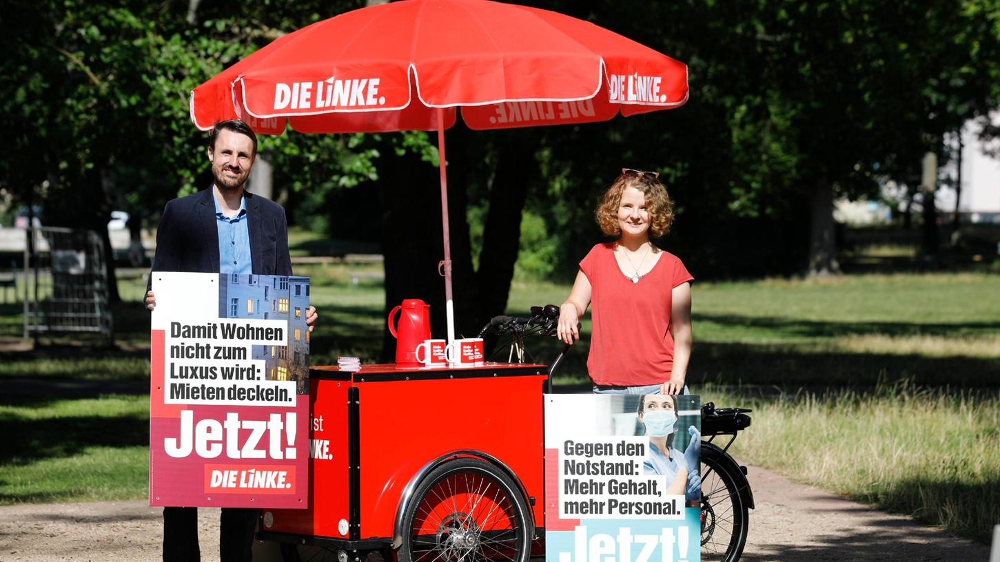 Die Linken-Stadträte Titus Schüller und Kathrin Flach Gomez stellten im Cramer-Klett-Park ihre Kampagne für die Bundestagswahl vor.