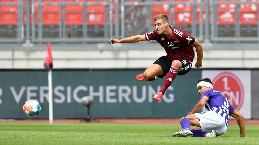 25.07.2021 --- Fussball --- Saison 2021 2022 --- 2. Fussball - Bundesliga --- 01. Spieltag: 1. FC Nürnberg FCN ( Club ) - FC Erzgebirge Aue --- Foto: Sportfoto Zink/WoZi --- DFL regulations prohibit any use of photographs as image sequences and/or quasi-video - only for editorial use --- ....Fabian Nürnberger Nuernberger (15, 1. FC Nürnberg / FCN ) Dirk Carlson(3, Erzgebirge Aue )