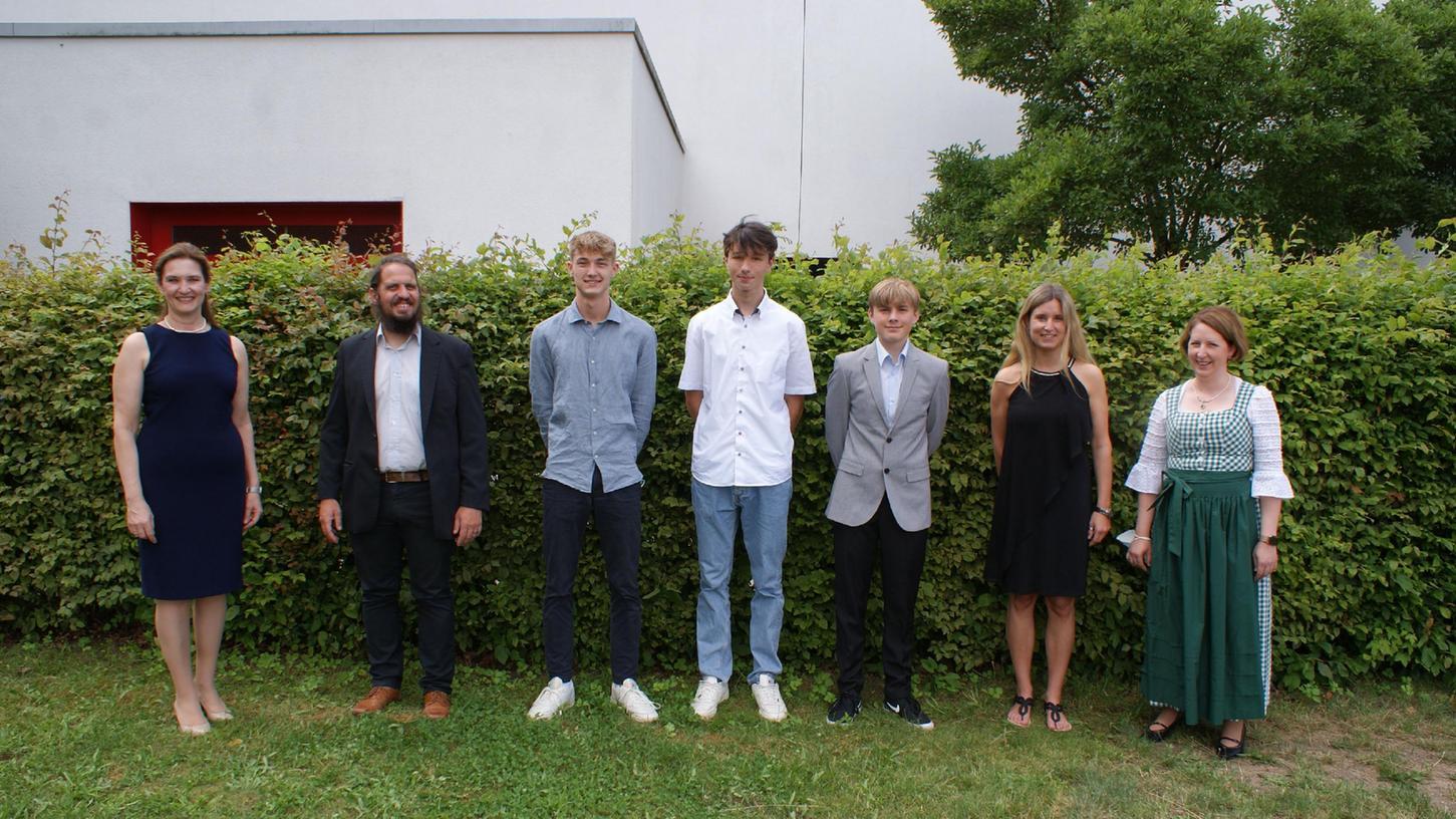 KRS-Leiterin Sabine Söllner-Gsell mit den Schulbesten der 10. Klassen.
