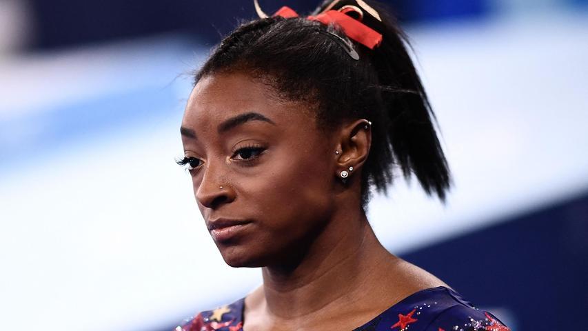 Die US-Amerikanerin Simone Biles ist ein Turn-Superstar. Aufsehen erregt sie aber bei den Olympischen Spielen in Tokio durch ihre Absagen: Die 24-Jährige leidet unter Depressionen und hat auf mehrere Wettkämpfe verzichtet - mit der Begründung, ihre mentale Gesundheit habe Vorrang. Für den offenen Umgang mit ihrem Leiden erhält sie viel Zuspruch.