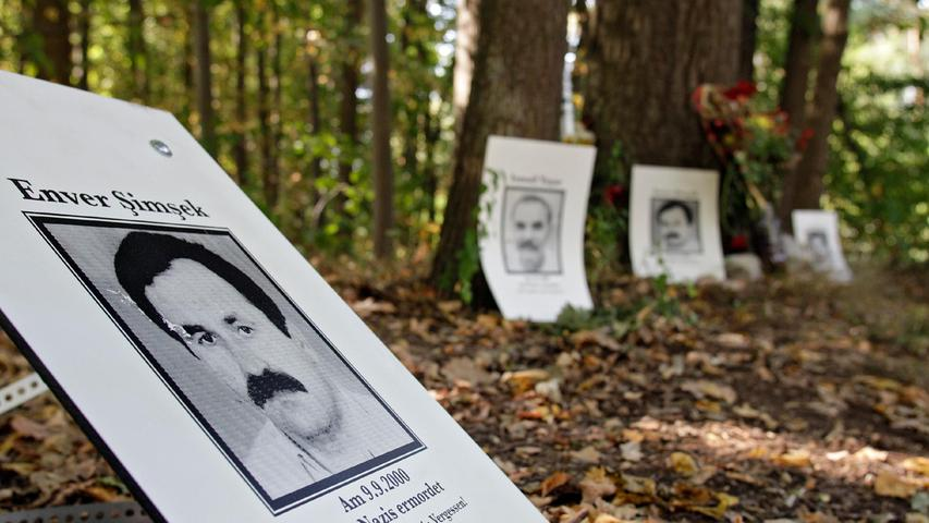 Der Blumenhändler Enver Şimşek wurde am 9. September 2000 von rechtsextremen Terroristen niedergeschossen und erlag zwei Tage später seinen Verletzungen. Der Nürnberger Stadtrat hat sich nun dafür ausgesprochen, den Tatortplatz in Langwasser nach ihm zu benennen. Enver Şimşek war das erste Mordopfer der Terrorzelle Nationalsozialistischer Untergrund (NSU).