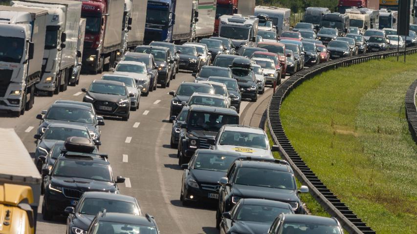 Genau davor haben Reiseexperten gewarnt: Autos und Lastwagenstehen auf der Autobahn A8 bei Bad Aibling dicht an dicht im Stau. Während im Freistaat Bayern die Sommerferien gerade erst anfangen, gehen sie in einigen anderen Bundesländern schon wieder zu Ende.