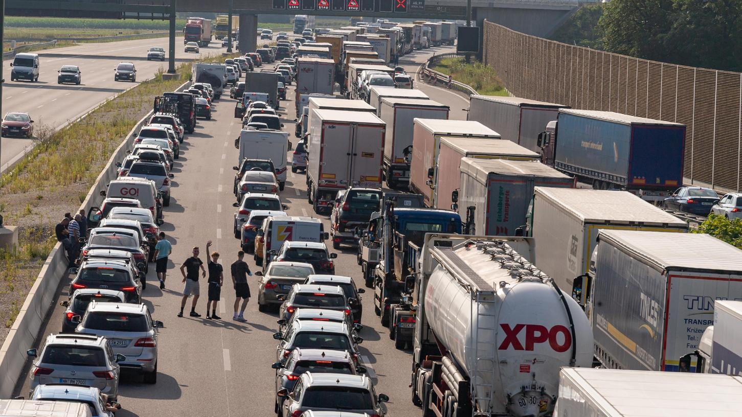 Autos und Laster stehen auf der A99 bei München.