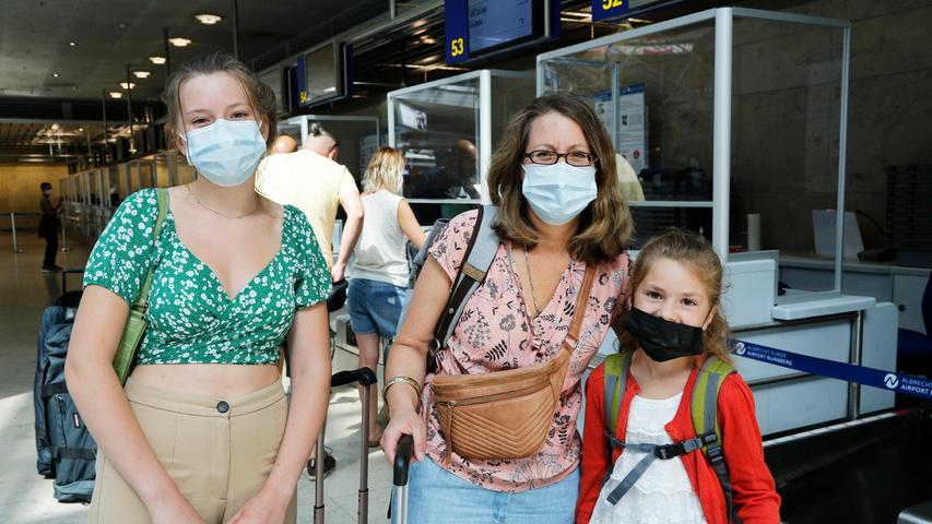 Susanne Jetter ist bereits doppelt geimpft. Mit ihren Töchtern Karla (links) und Elsa möchte sie zwei Wochen aufSardinien verbringen. Für den Fall der Fälle haben die drei noch einen Puffer eingebaut - und bleiben nach ihrer Rückkehr für eine Wochebei der Oma in Nürnberg.
