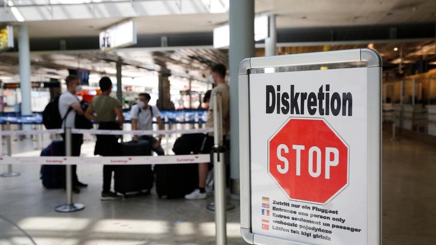 Auch beim Check-in am Nürnberger Flughafen sind die Menschen angehalten, Abstände einzuhalten.