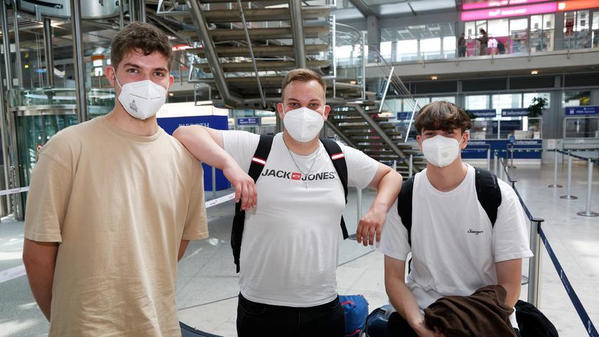 Die Auszubildenden (von links)Andreas Dauphin, Stefan Vogel und Linus Djuritschek haben sich mit weiteren Freunden für die Kanarenentschieden. Mit Blick auf steigende Inzidenzzahlen wollen die Nürnberger aufpassen, dass sie auf Fuerteventura genügend Abstand halten.